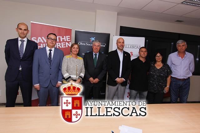 El alcalde de Illescas, José Manuel tofiño, junto a los representantes de la Caixa y Save The Children. IMAGEN ILLESCAS COMUNICACIÓN
