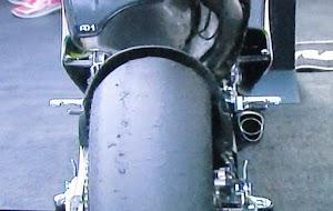 5 Faktor UTAMA Yang Membuat Ban Motor Cepat Botak