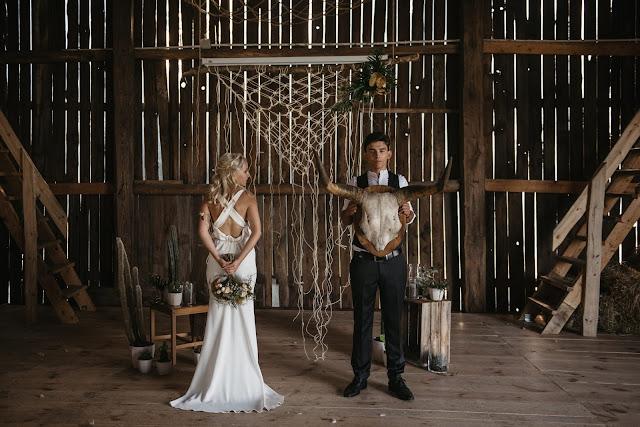Sesja ślubna w stodole.