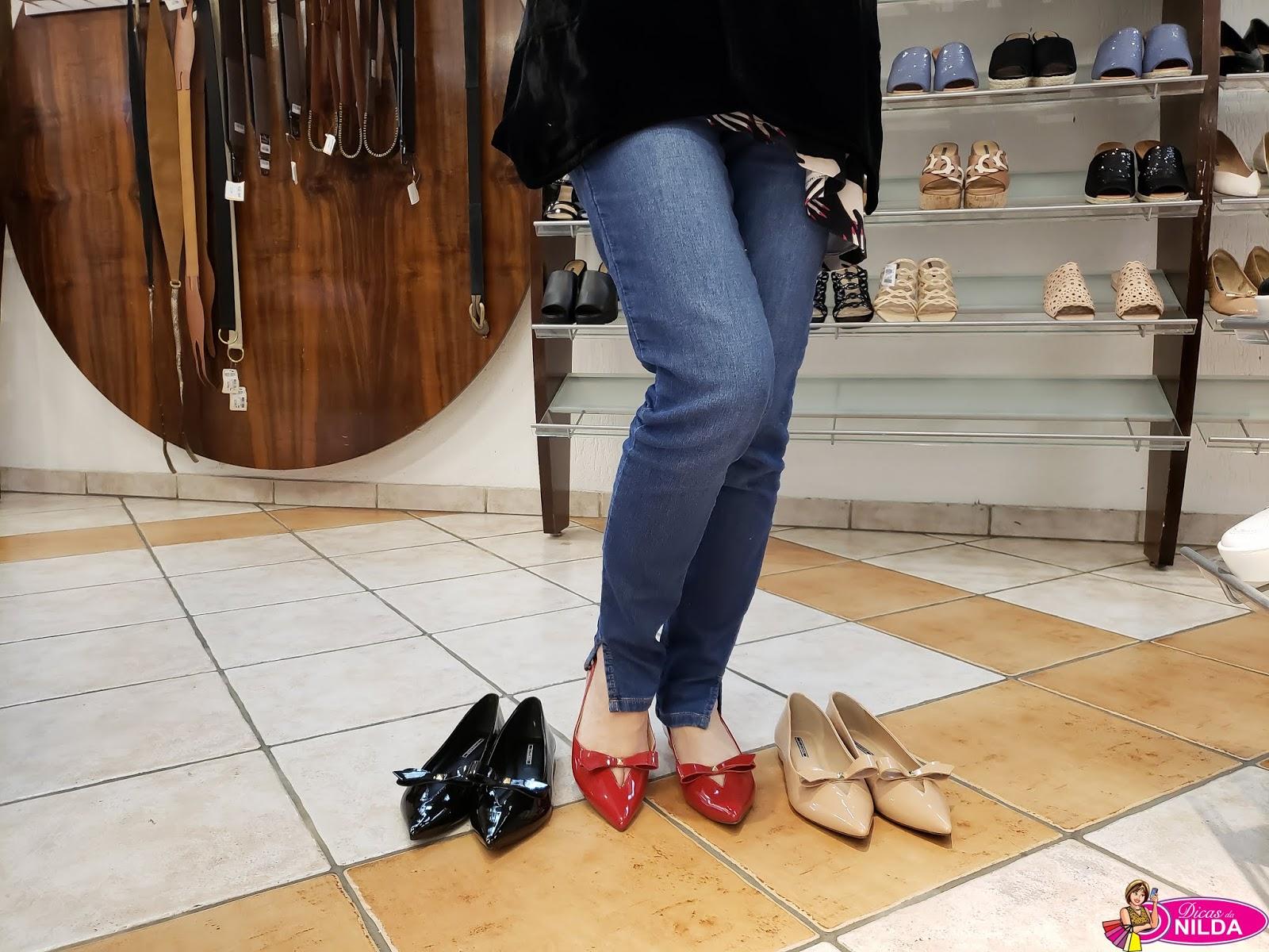 b9ac8f46e0 Esse sapato em verniz e vinil tem um salto baixo (7 cm)