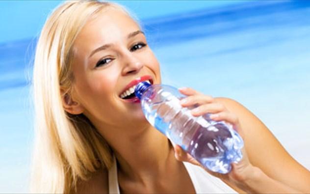Αυτά είναι τα σημάδια που δείχνουν ότι δεν πίνετε αρκετό νερό