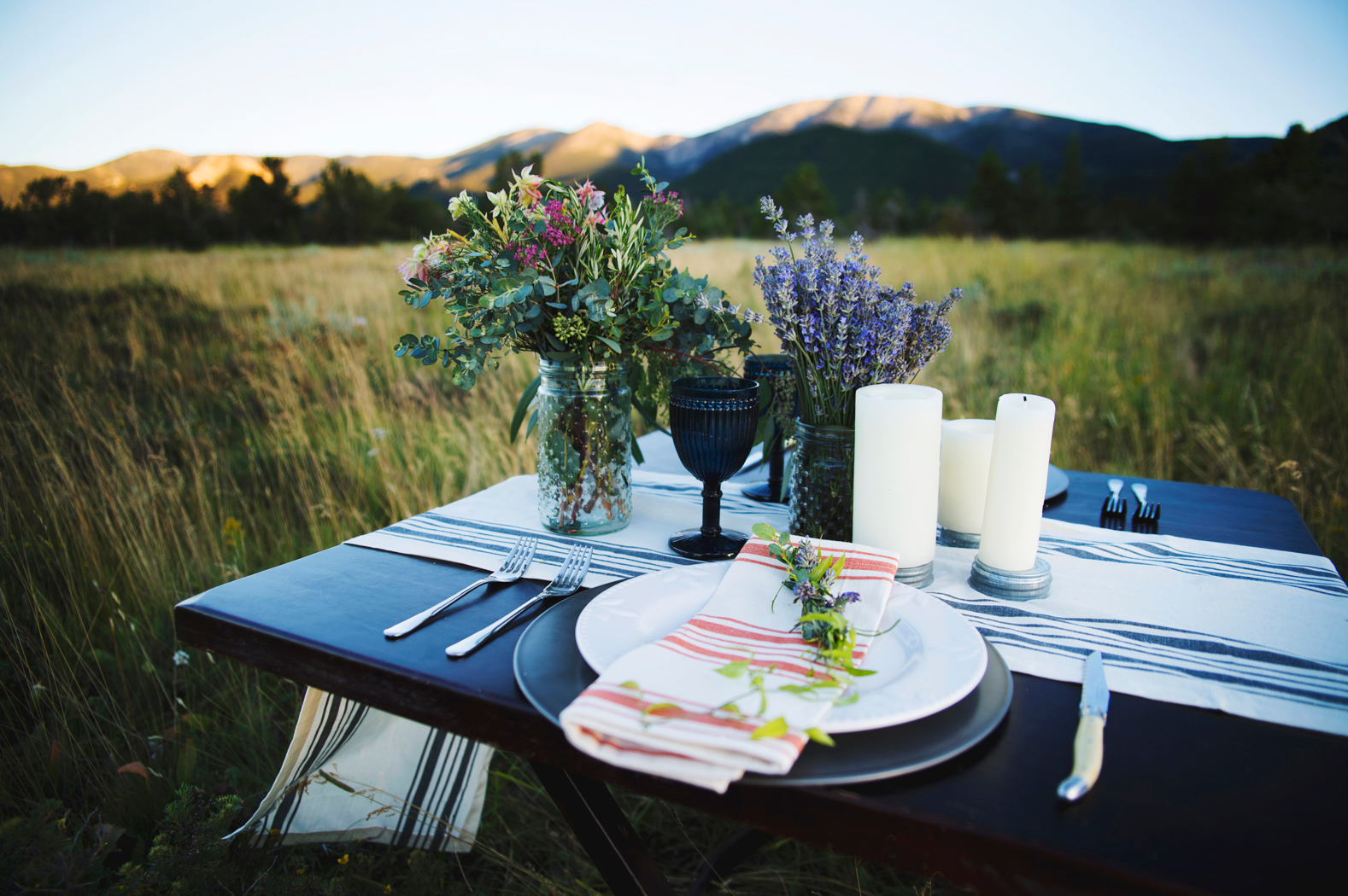 Photography: Macy Spencer Photography / Montana Outdoor Wedding Table