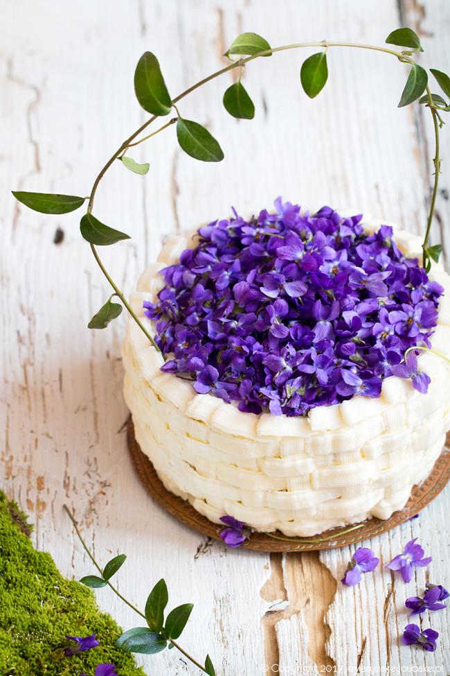 """tort śmietankowo-cytrynowy """"koszyczek fiołków"""" ze świeżymi fiołkami"""