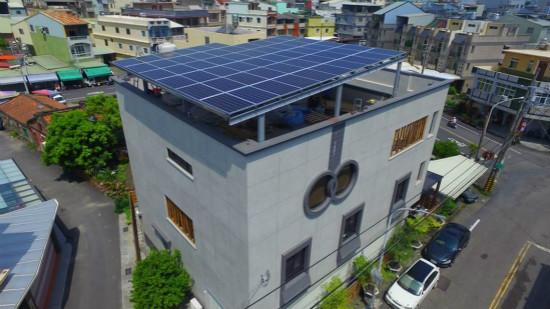 太陽能種電棚架,意外成為豪宅景觀造型一部分。