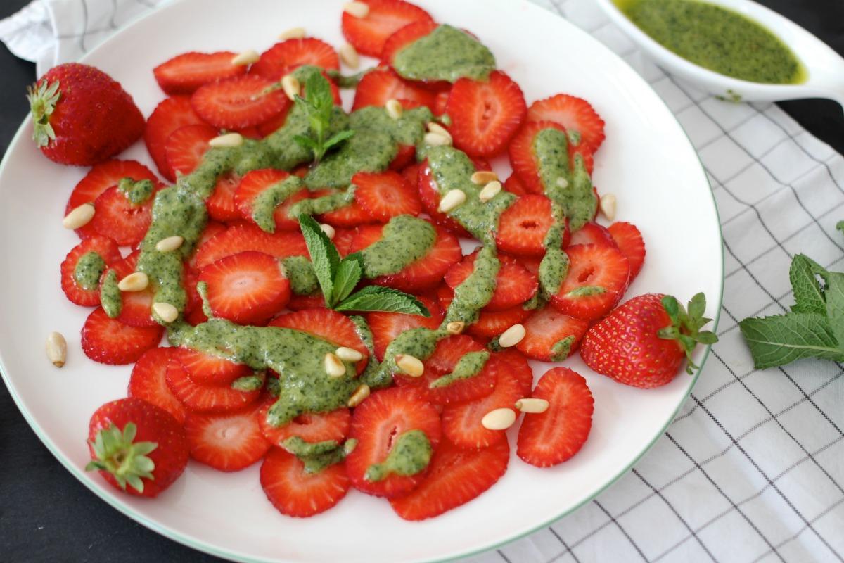 Erdbeercarpaccio mit Minzpesto