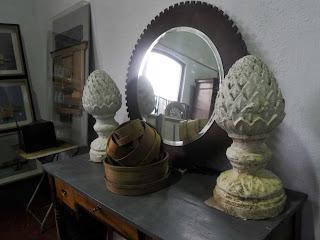 Mueble con espejo entre detalles arquitectónicos