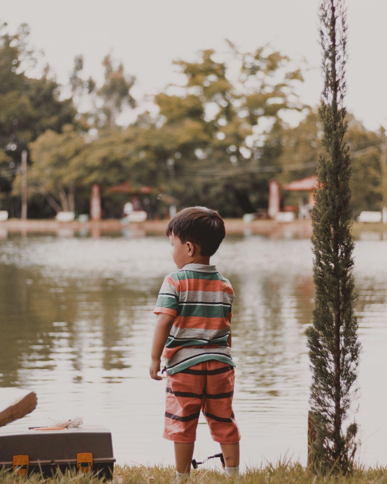 menininho na lagoa