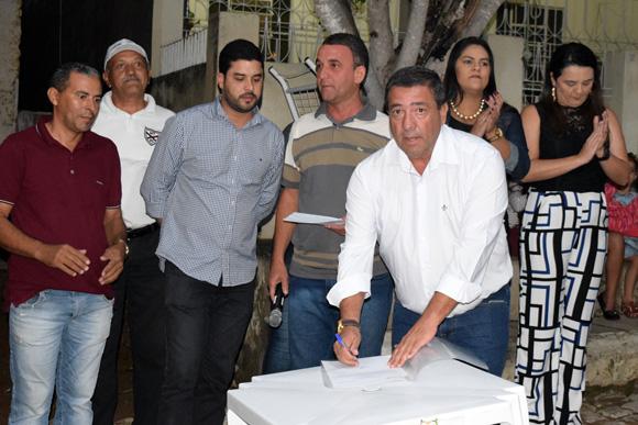 Prefeito assina ordem para licitação da compra de dois veículos e equipamentos para a saúde. No ato, Zeinha agradeceu ao Deputado Federal João Fernando Coutinho.