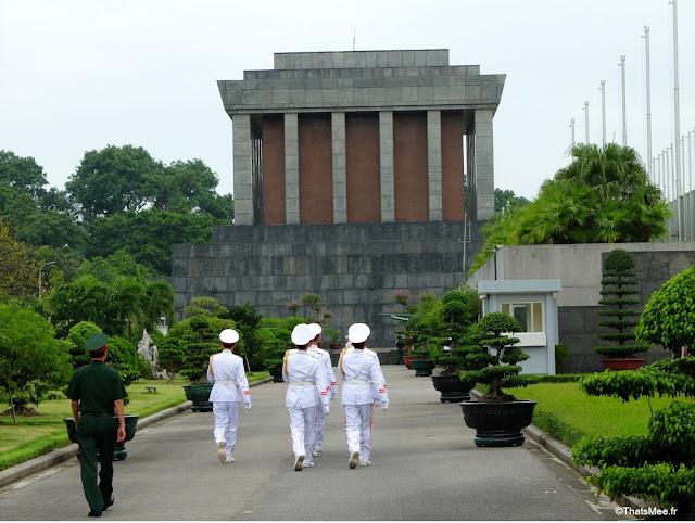 mausolee de ho hhi minh hanoi vietnam armée troupe blanc