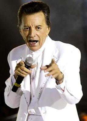 Foto de Palito Ortega de blanco en concierto