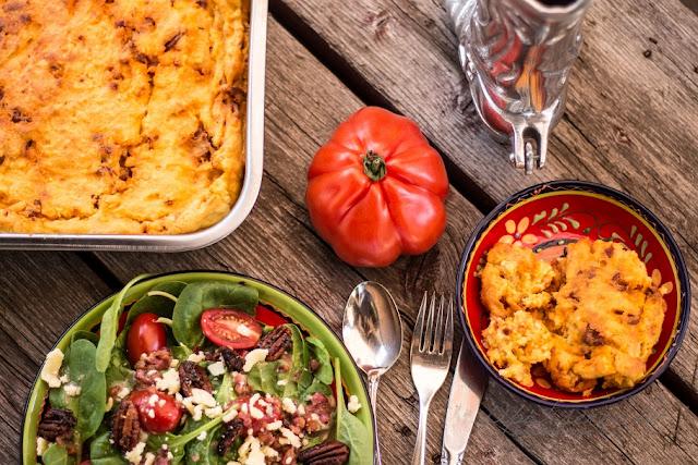 Spinatsalat mit teuflischen Nüssen, Blauschimmelkäse und Bacon-Dressing