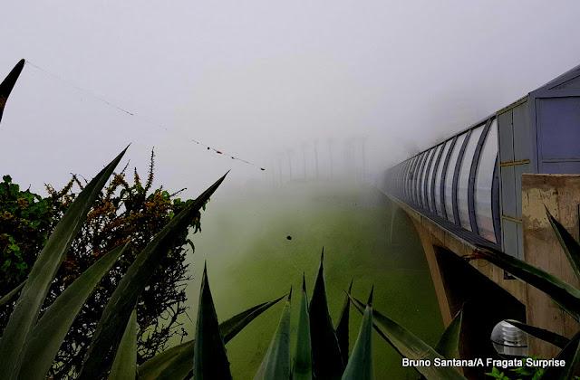 Bruma encobre a paisagem do bairro de Miraflores, em Lima