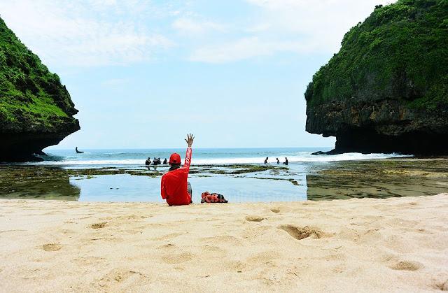 Halo pantai Greweng; pakai jersey Liverpool merah lagi