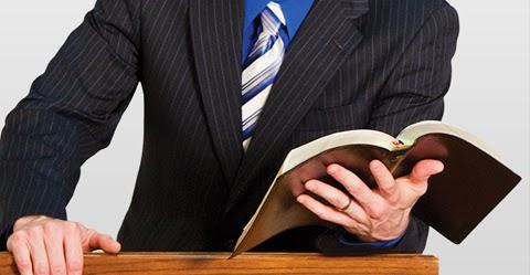 homem-preparando-pregacoes-evangelicas