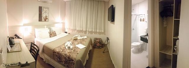 Quarto 2302 do Tarobá Hotel, com cama de casal, banheiro e armário com cofre, muito bom para casal em viagem.