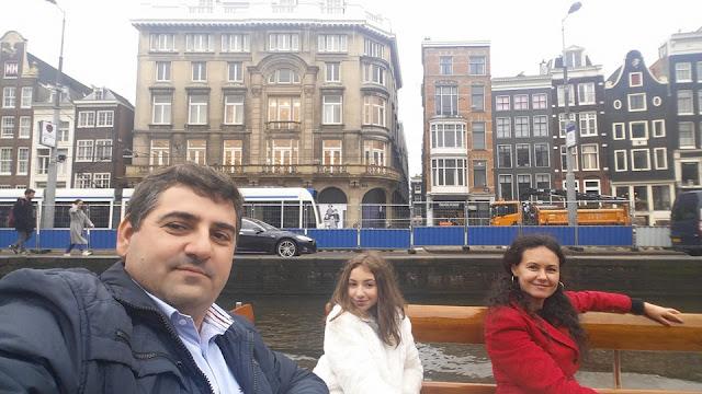 Elena Hasna avec ses parents 2016