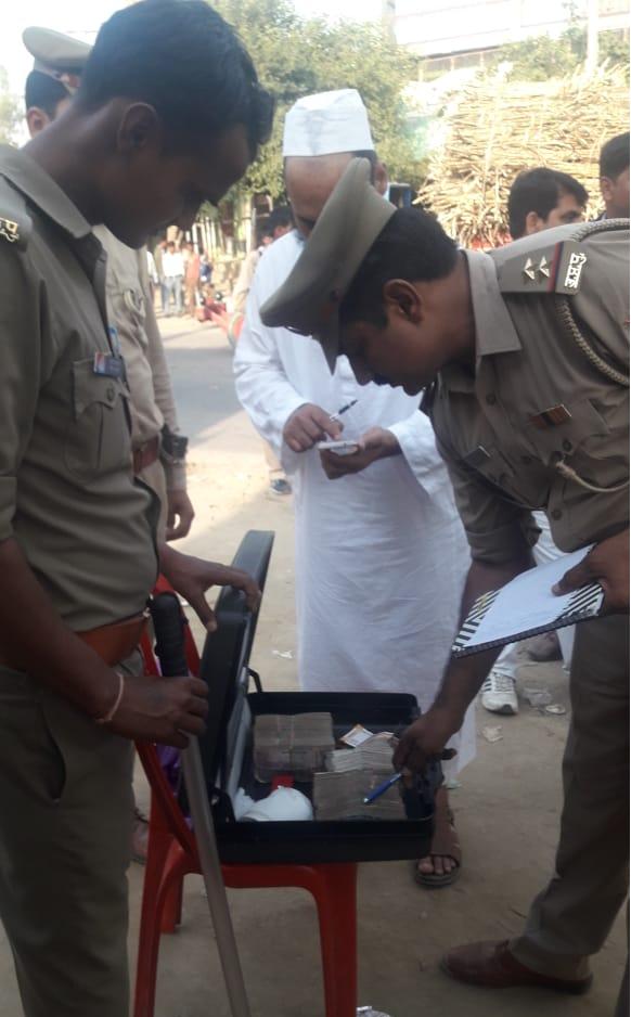 Vahaan-checking-ke-dauran-police-ne-pakda-chaar-laakh-ka-cash