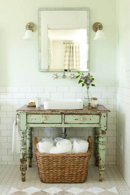 mueble viejo recuperado para usar en el baño chicanddeco