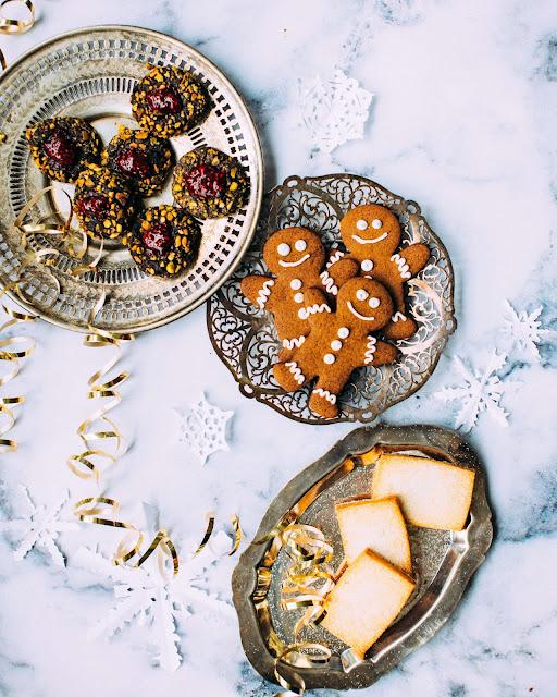 Tafel mit Weihnachtskeksen