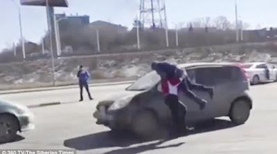Οδηγός τα έβαλε με τη δυνατότερη γυναίκα της Σιβηρίας και το πλήρωσε ακριβά