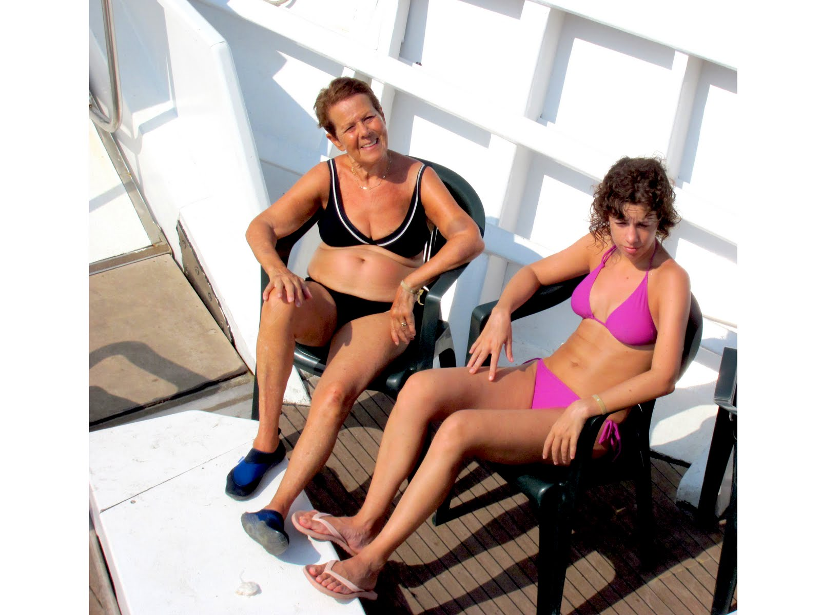 http://s-fashion-avenue.blogspot.it/2011/09/on-boat-with-my-family.html