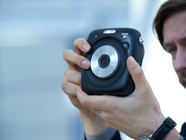 Фотоаппарат Fujifilm Instax Square SQ10 в использовании