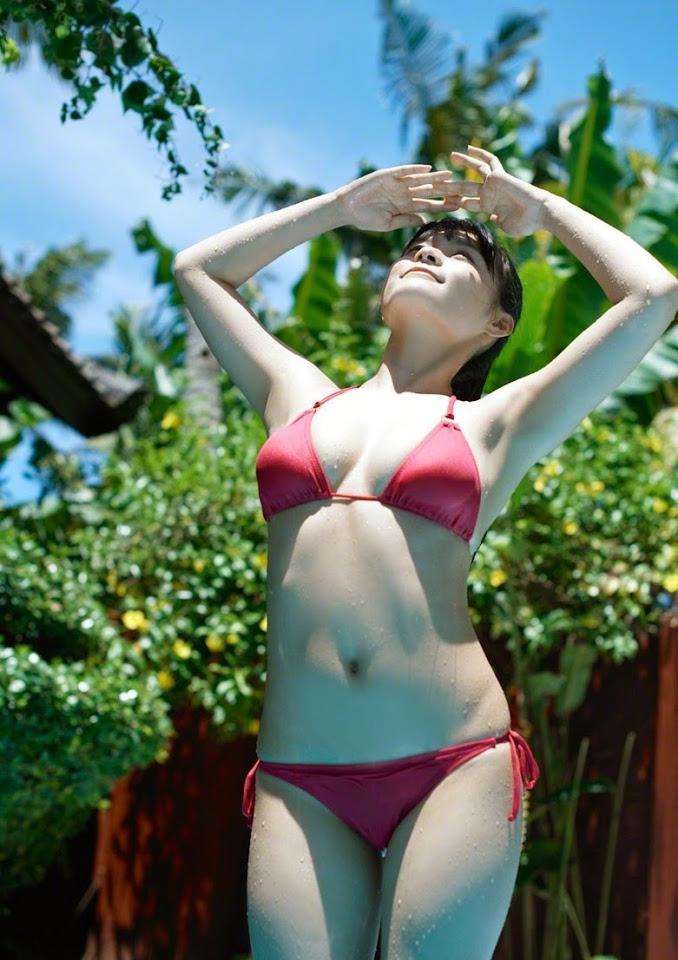 Gái Nhật diện bikini sua tan nắng nóng mùa hè