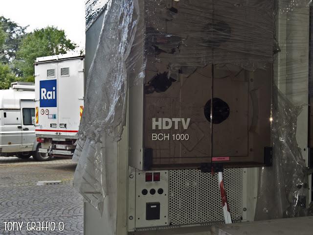 BTS BCH 1000 Rai Milano Il BCH 1000 era un VTR da 1 pollice per la Tv ad alta definizione analogica a 1250 linee. Prodotto da BTS all'inizio degli anni '90 all'interno del progetto europeo sperimentale Eureka, è una vera rarità che, al pari degli altri registratori vintage (probabilmente alcuni ancora funzionanti), è finito in pattumiera.