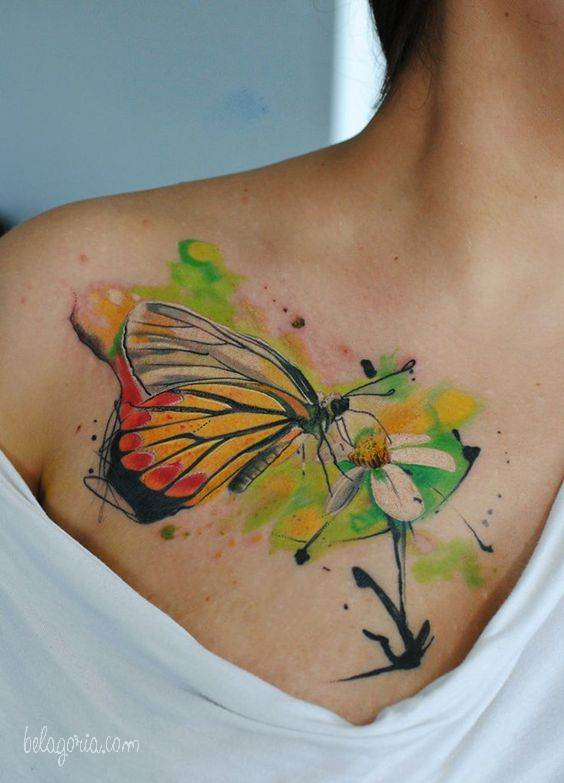 Tatuajes de flores y mariposas en la clavicula de una mujer