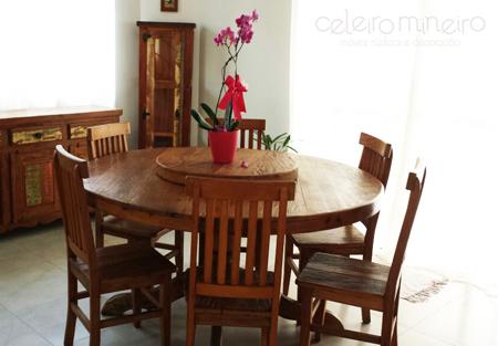 mesa de madeira de demolição redonda com pé central torneado