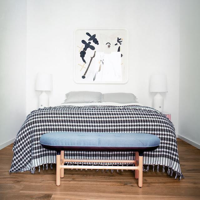banqueta de diseño nordico a los pies de la cama chicanddeco