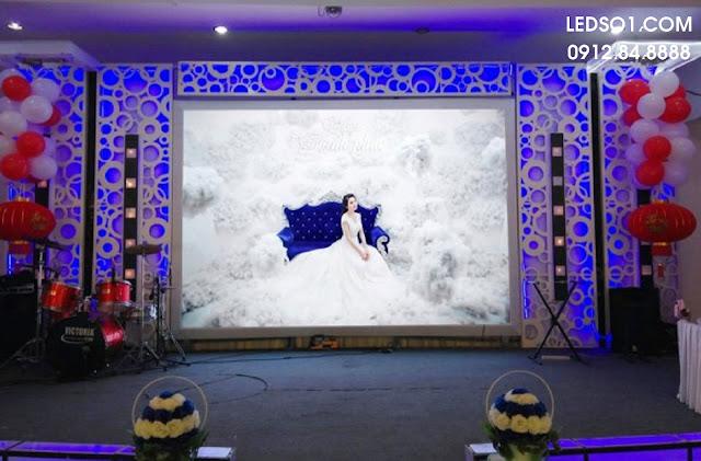 Mẫu trang trí sân khấu tiệc cưới đẹp thể hiện sự chuyên nghiệp 1