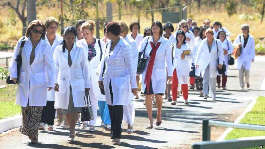 Médicos cubanos del programa estatal que servía en Brasil  / AP