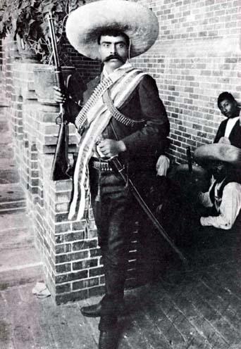 Foto de Emiliano Zapata parado con arma