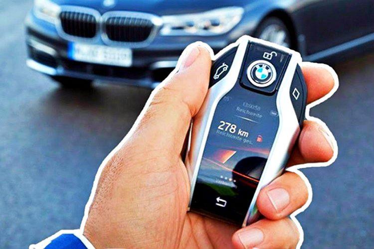 Aracınızın yerini kaybettiyseniz, anahtarlığı kafanıza bastırarak kilit açma düğmesine basmalısınız.