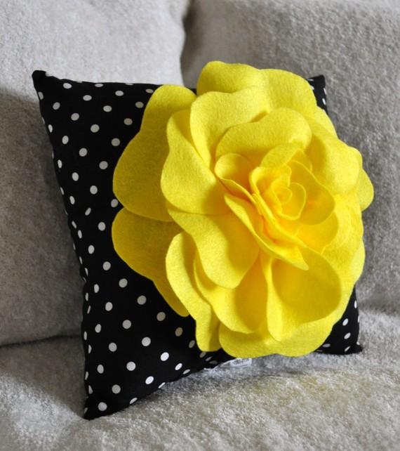 Estrella y lalis de todo un poco cojines con flores - Decorar cojines con fieltro ...