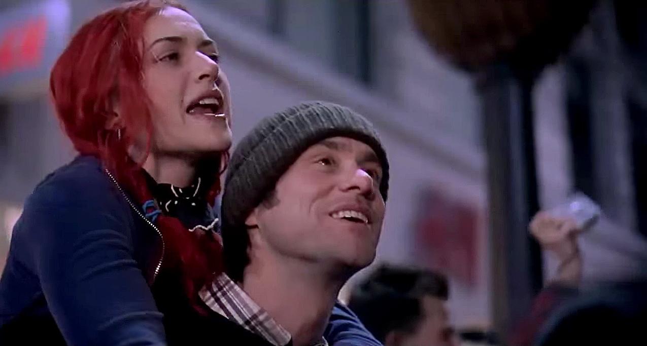 clementine montada nos ombros de joel em cena do filme brilho eterno de uma mente sem lembraças
