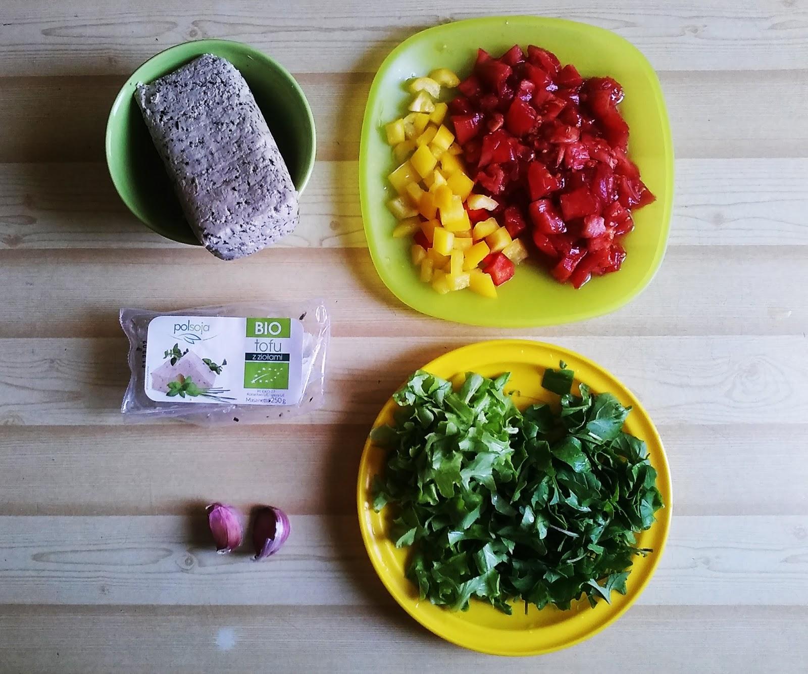 Wegańska tofucznica z pomidorami i rukolą