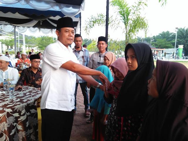 Kadis Infokom Labura Sugeng saat memberikan santunan kepada anak yatim piatu.