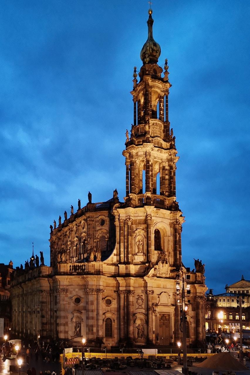 Katedra św. Trójcy, Drezno. Nietypowa konstrukcja cieszy oko jeszcze bardziej po zachodzie słońca