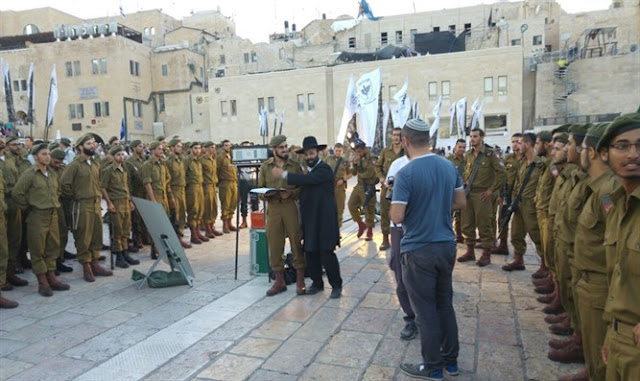 Soldados Jaredím completan tratado del Talmud en ceremonia de investiura