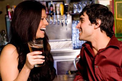 mujer tomando trago con joven de su misma edad