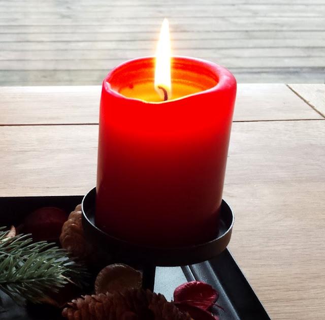 Im Wohnzimmer Angekommen Zünden Wir Erstmal Die Kerzen An, Das Macht Es  Trotz Dunkelheit Draußen So Richtig Gemütlich.