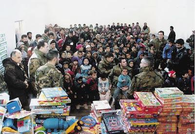 Ejército de España ayudando a niños y entregando regalos