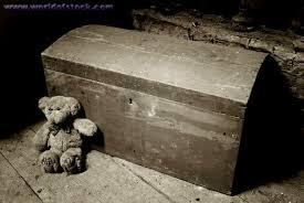 peti kutukan yang berisi hantu