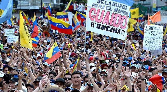 """Venezolanos gritan a gran voz: """"Guaidó, amigo, el pueblo está contigo""""."""
