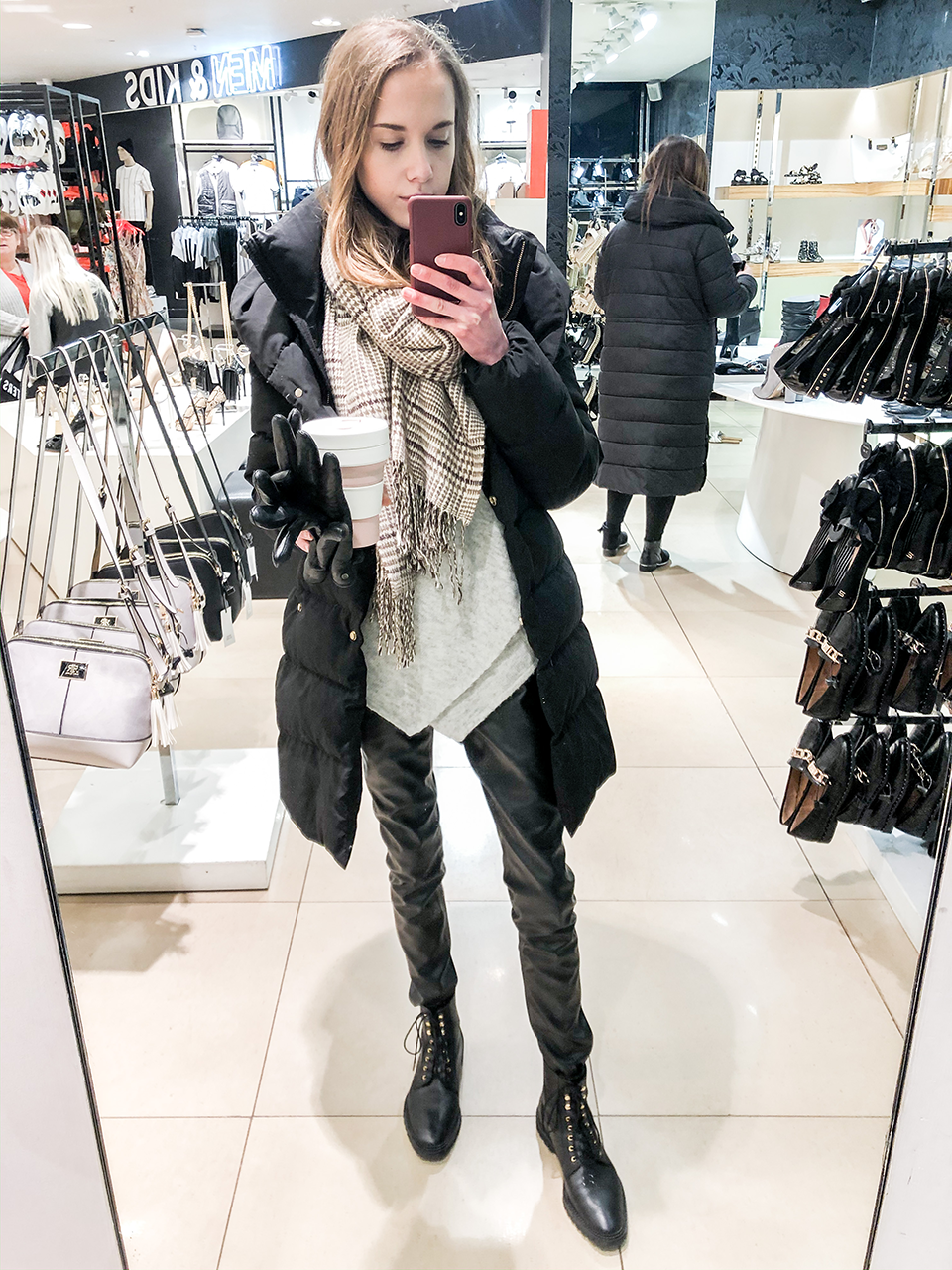 Winter outfit with faux leather leggings and puffer coat - Talviasu mustan toppatakin ja tekonahkaleggingsien kanssa