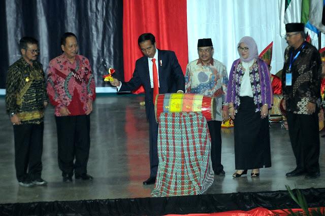 Saat Presiden Jokowi Mengaku Salah Kostum dan Baca Pantun - Info Presiden Jokowi Dan Pemerintah