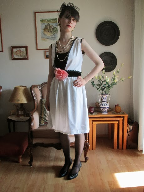 Kolmantena tulee myös valkoinen mekko. En tiedä voiko tätä kutsua oikein 20-  luvun mekoksi 3903fe5cbd