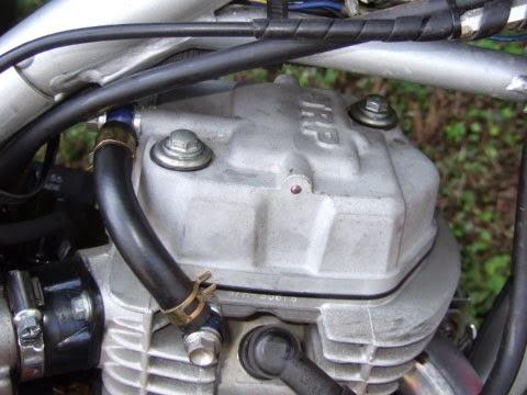xr100モタードに取付けしたJRP オイルシャワーヘッドカバー。一応専用のオイルラインを使用していてカムシャフト、ロッカーアーム、カムチェーンにエンジンオイルを噴射させ効率よく潤滑&冷却をさせる